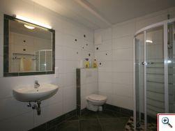 großes Badezimmer im Untergeschoß